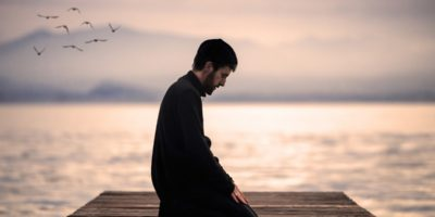muslim-man-praying-ocean-sea